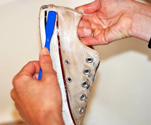 lavar zapatillas blancas de tela