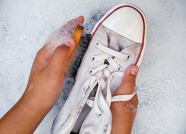 escritorio Miseria Creo que  Cómo Limpiar Unas Converse Blancas Fácilmente - Asiselimpia.com