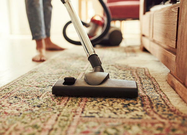 Limpiando una alfombra con aspiradora con bolsa