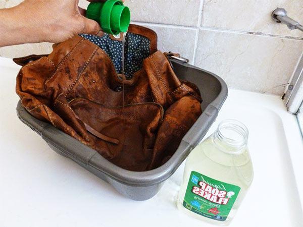 cómo quitar manchas de aceite del cuero