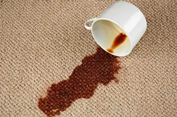 quitar mancha de café de la alfombra