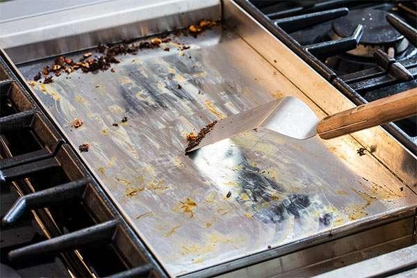 Limpiar plancha de cocina muy sucia