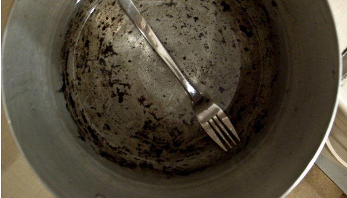 limpiar restos pegados con detergente en la olla de aluminio