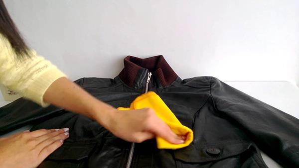 Limpiar chaqueta de cuero con paño húmedo