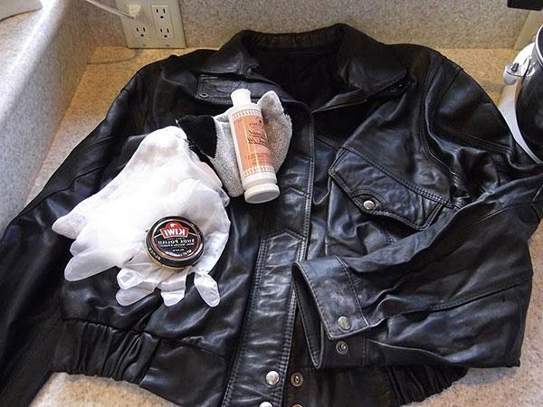 Productos pra limpiar una chaqueta de cuero negra