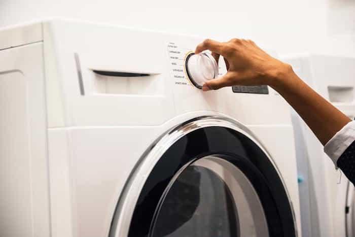 Lavado y desinfección de prendas de ropa en la lavadora