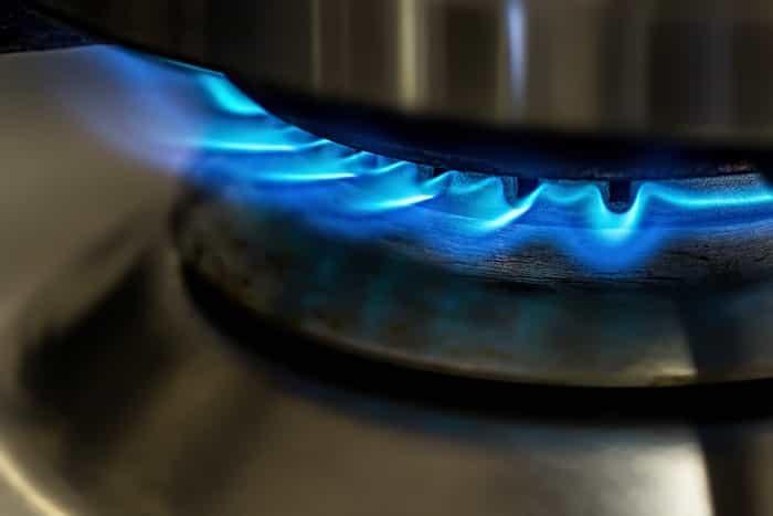 Parte de abajo de un quemador de gas limpia