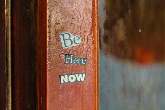 Pegatinas en una puerta de madera